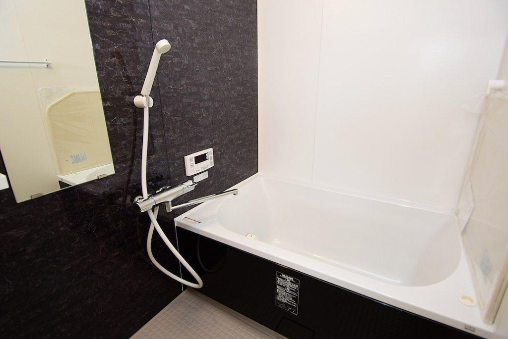黒を基調としたリノベ後のお風呂の様子になります。