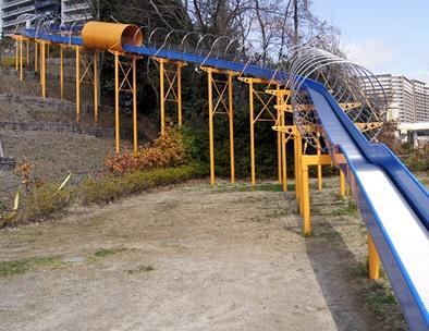 彩都西公園の長い滑り台画像です。