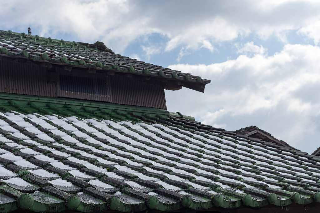 住宅の屋根や瓦の画像です