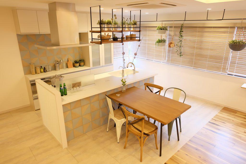 アイランドキッチンのモデルルーム画像です。