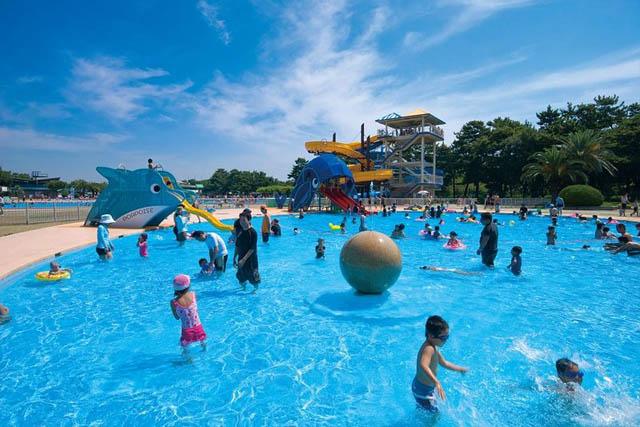 浜寺公園プールんお遊んでいる子供の画像です。