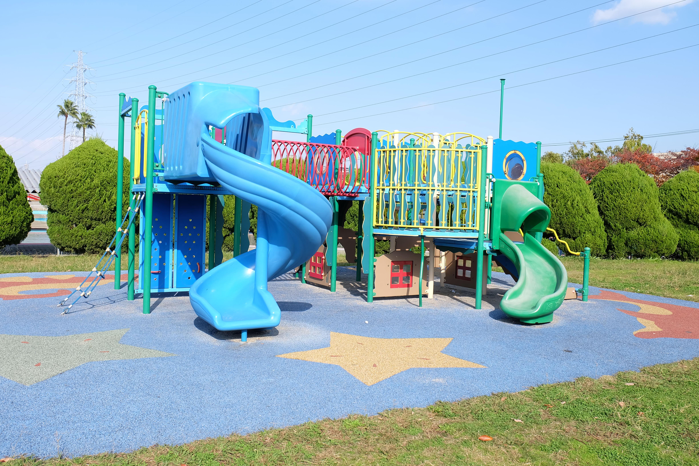 小さい子供にオススメの堺市の公園!金岡公園の遊具とひろば | イエモア