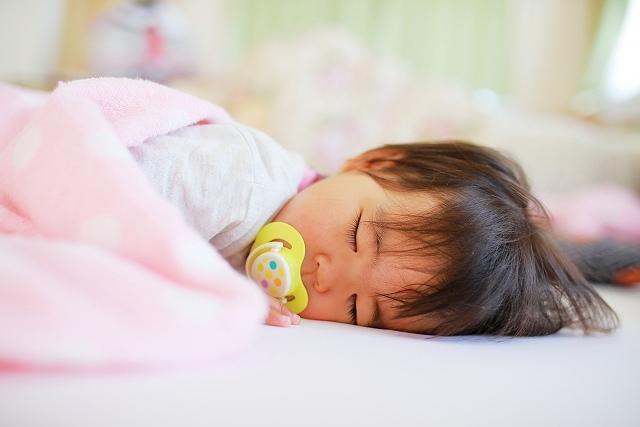 昼寝をする赤ちゃんの画像です