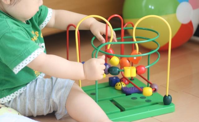 おもちゃで遊ぶ子供の画像です