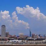 福岡市と青空の画像です