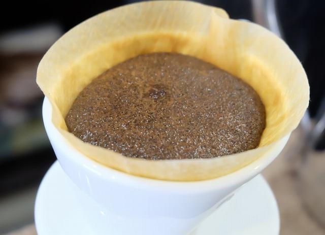 コーヒーを淹れている画像です